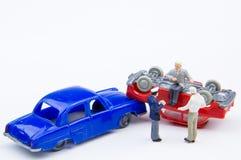 Accidente minúsculo miniatura del choque de coche de los juguetes dañado Seguro en Fotografía de archivo libre de regalías