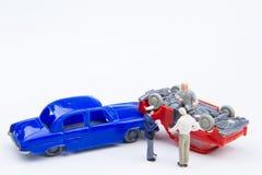 Accidente minúsculo miniatura del choque de coche de los juguetes dañado Seguro en Imágenes de archivo libres de regalías