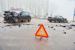 Accidente o desplome con el automóvil dos El triángulo amonestador del camino firma adentro el foco Fotografía de archivo