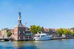 Accijnstoren, Verbrauchsteuerturm und Bierkade in Alkmaar, die Niederlande Stockfotos