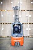 Acción de examen del trabajador en Warehouse Fotos de archivo libres de regalías