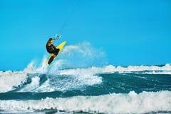 Acción recreativa de los deportes acuáticos Deporte del extremo de Kiteboarding Su Foto de archivo libre de regalías