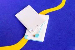 Accione el pequeño mini tamaño del banco en fondo azul Fotografía de archivo libre de regalías