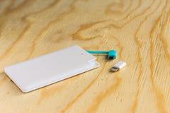 Accione el pequeño mini tamaño del banco en fondo de madera Imagen de archivo