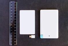 Accione el pequeño mini tamaño del banco en la tarjeta y las reglas de crédito en vagos negros Imagenes de archivo
