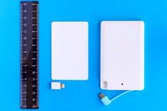 Accione el pequeño mini tamaño del banco en la tarjeta y las reglas de crédito en vagos negros Foto de archivo libre de regalías
