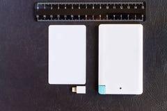 Accione el pequeño mini tamaño del banco en la tarjeta y las reglas de crédito en vagos negros Imagen de archivo libre de regalías