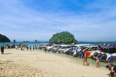 Accione los barcos de la velocidad en la playa en Krabi Tailandia Fotografía de archivo libre de regalías