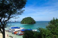 Accione los barcos de la velocidad en la playa en Krabi Tailandia Fotografía de archivo