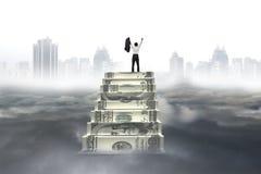 Acclamation d'homme d'affaires sur des escaliers d'argent avec le cloudscap de paysage de ville Image libre de droits