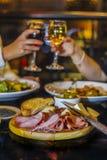 Acclamations à un restaurant photos libres de droits