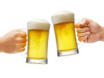 Acclamations avec des bières photos stock
