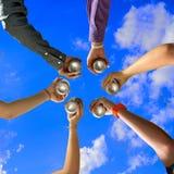 Acclamations d'amis à la réception d'été Image stock