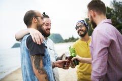 Acclamations de célébration buvant ensemble le concept d'amis Photos libres de droits