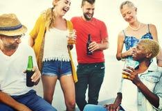 Acclamations de célébration buvant ensemble le concept d'amis Image stock
