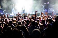 Acclamations de foule de personnes pendant le concert Photo libre de droits