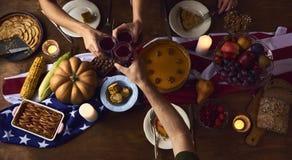 Acclamations de personnes célébrant le concept de Thanksgiving photo libre de droits