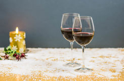 Acclamations de réveillon de la Saint Sylvestre avec deux verres de vin rouge et de raisins Photographie stock