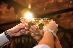 Acclamations en verre de Champagne avec l'épanouissement de lentille Images libres de droits