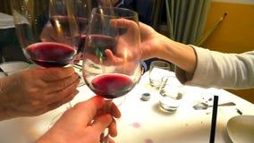 Acclamations en verre de vin rouge clips vidéos