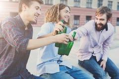 Acclamations heureuses d'amis avec de la bière extérieure Image stock