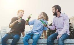 Acclamations heureuses d'amis avec de la bière extérieure Photos libres de droits