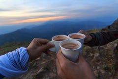 Acclamazione dai Cochi caldi sull'alta montagna Fotografie Stock
