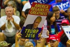 Acclamazione dei sostenitori di Trump a raduno Fotografia Stock