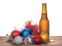 Acclamazione di Natale - birra e bagattelle, fondo bianco Immagine Stock Libera da Diritti