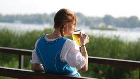 Acclamazioni bavarese della ragazza con una birra e le bevande stock footage