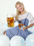 Acclamazioni bavaresi della ragazza di Oktoberfest con la tazza di birra Fotografie Stock