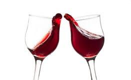 Acclamazioni! Due vetri del vino rosso, gesto del pane tostato, isolato su bianco Fotografia Stock