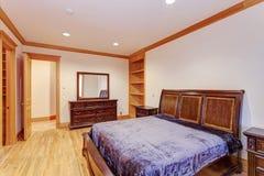 Accogliere favorevolmente la camera da letto del palazzo con un pavimento di legno duro leggero immagine stock