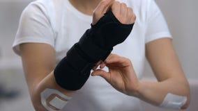 Accolade de port de poignet de titan de femme, appui orthopédique après traumatisme, traitement banque de vidéos