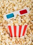 Accomplissez la boîte et les verres 3D sur le maïs éclaté Photo stock