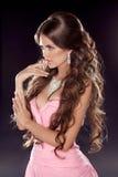 Acconciatura. Capelli ondulati lunghi. Foto di modo della giovane donna. Gi sexy Immagine Stock