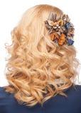 Acconciatura con la decorazione alla moda dei capelli Immagine Stock