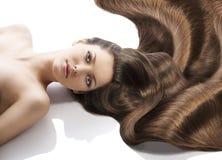 Acconciatura della ragazza di bellezza e molti capelli Fotografie Stock Libere da Diritti