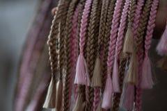 Acconciatura di Cornrows, stile africano tradizionale di capelli con dei i fili colorati multi e dreadlocks immagini stock libere da diritti