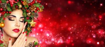 Acconciatura di modello dell'albero di Girl With Xmas di Natale - il rosso compone e Manicure immagini stock libere da diritti