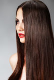Acconciatura di modo con capelli femminili lunghi lisci Immagini Stock Libere da Diritti