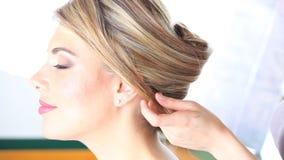 Acconciatura, le mani del parrucchiere da lavorare ai capelli del cliente al salone video d archivio