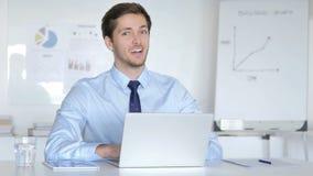 Acconsenta il giovane uomo d'affari Accepting Offer in ufficio video d archivio