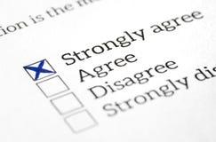 Acconsenta il sondaggio d'opinione, l'indagine ed il questionario dentro controllati scatola Risposta felice e positiva fotografie stock