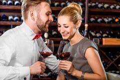 Accoppi avere assaggio di vino romantico alla cantina Fotografie Stock Libere da Diritti