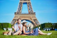 Accoppi avere picnic vicino alla torre Eiffel a Parigi, Francia Fotografie Stock