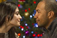 Accoppi avere un momento romantico durante le feste, orizzontale Immagine Stock Libera da Diritti