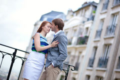 Accoppi avere una data romantica a Montmartre a Parigi Fotografie Stock