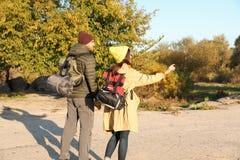 Accoppi dei campeggiatori con gli zainhi ed i sacchi a pelo fotografie stock