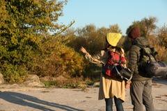 Accoppi dei campeggiatori con gli zainhi ed i sacchi a pelo in regione selvaggia immagini stock libere da diritti